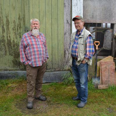 Tapio Korkolainen och Seppo Vuoksenturja utanför fågelhuset.