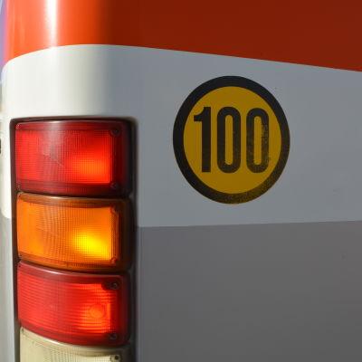 baklampor och 80-skylt på en buss