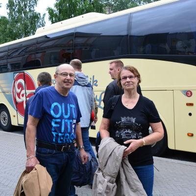 Peijo och Maja Siirilä framför världsarvsbussen