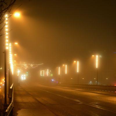 julbelysning i dimma på mannerheimgatans bro