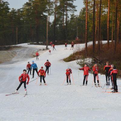ungdomar skidor i konstnöspåret i Pargas.