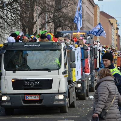 Lastbilar på rad under penkis i Åbo 2017.