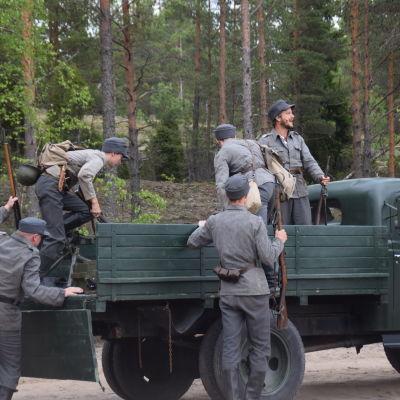 Hietanen och manskap i  i pjäsen Okänd soldat i Harparskog.