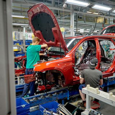 Auton rakentajat töissään.