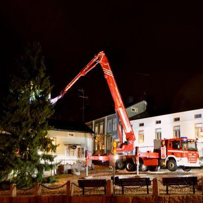 julgranen vid rådhustorget i borgå knäcktes i den hårda vinden 30.11.15