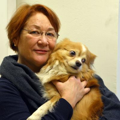 Carola Vento och hennes hund.