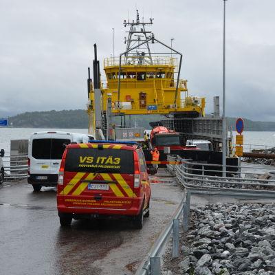 Räddningspersonal står vid färjfästet i Lillmälö i Pargas.