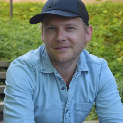 Porträttbild på Daniel Lindholm.