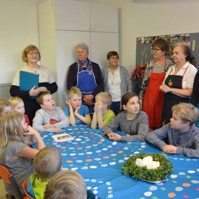 Britta Hedman förklarar för barnen vad Terhokerho går ut på.