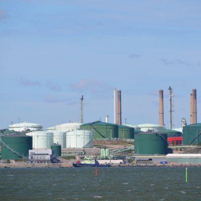 sköldviks raffinaderiområde sedd från havet