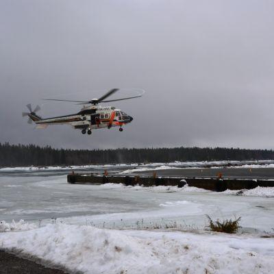 Gränsbevakningens helikopter går in för landning under sjöräddningsövningen ute vid Södra Vallgrunds sjöbevakningsstation.