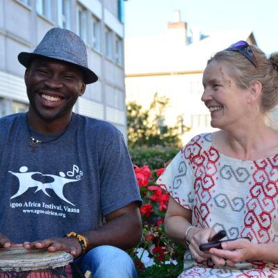 Francis Oyeyiola och Carina Engström