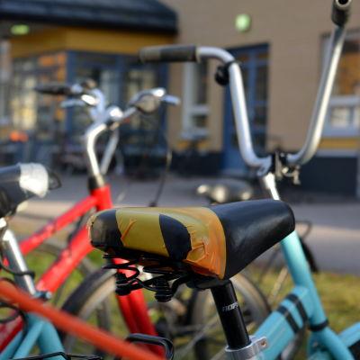 Sadeln på en cykel är tejpad fast