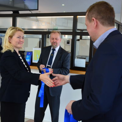 Miapetra Kumpula-Natri, Wasalines vd Peter Ståhlberg och Kvarken Ports vd Matti Esko inviger den nya terminalen.
