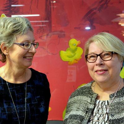 två kvinnor framför en tavla