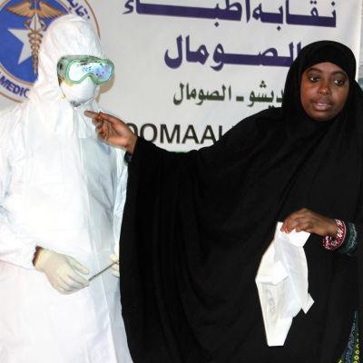 En läkare i Somalia förklarar hur skyddsdräkterna emot ebola ska användas. Somalia trappar upp sina skyddsåtgärder efter att även Mali bekräftat sina första fall av viruset.