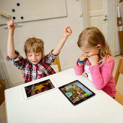 Kaksi lasta käyttämässä Pikku Kakkosen Eskari -sovellusta