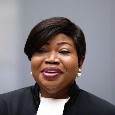 Fatou Bensouda mustassa asussa, valkoisessa kauluksessa.