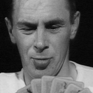 Metsätyömies pelaamassa korttia savottamajassa.
