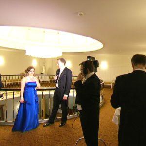 Katja Johansson och Antti Koivukangas gör sig redo framför kameran