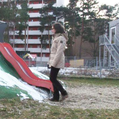 Christine Hoffmann i lekparken med ett av sina barn