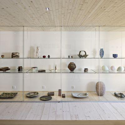 Keramikföremål i vitrin på museet KWUM