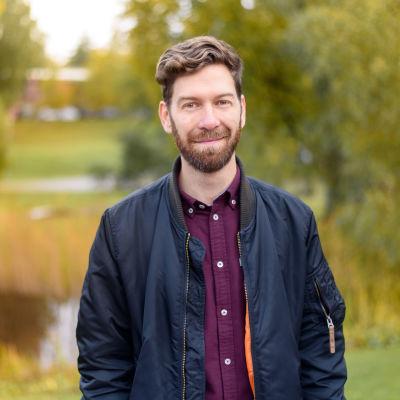 Jonas Sundström framför ett höstlandskap