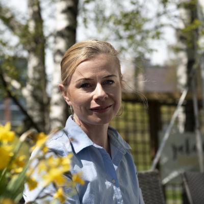 Panimo- ja virvoitusteollisuusliiton toimitusjohtaja Riikka Pakarinen istuu pöydän ääressä.