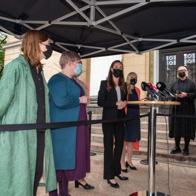 Valtiovarainministeri Annika Saarikko, oikeusministeri Anna-Maja Henriksson, pääministeri Sanna Marin, opetusministeri Li Andersson ja sisäministeri Maria Ohisalo.