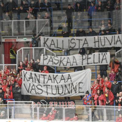 Vasa Sports fans protesterar mot lagets svaga spel.