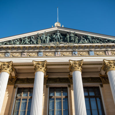 Byggnad med pelare och dekorationer fotograferad snett nerifrån. Ständerhuset i Helsingfors