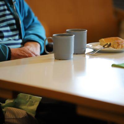 Vanhus kahvilla Jaalan palvelukeskuksessa Kouvolassa.