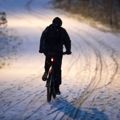 polkupyörä, talvipyöräily, polkupyöräilijä, liukas keli, kaamos