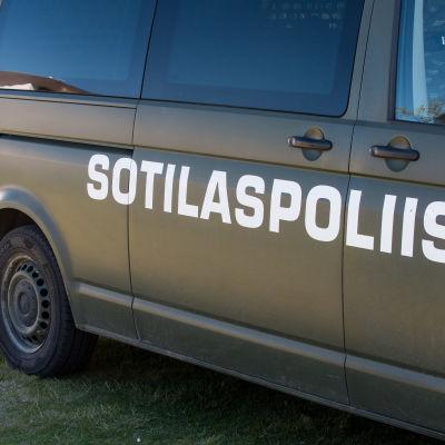 Sotilaspoliisin ajoneuvo, kansalaistori, puolustusvoimien lippujuhlapäivä