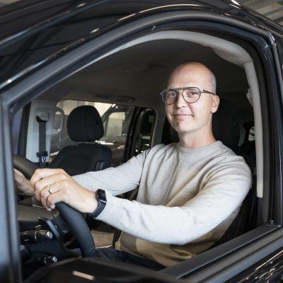 Kempeleläinen Timo Hintsala on saapunut Kemin Wetterille noutamaan tilaamaansa täyssähköautoa