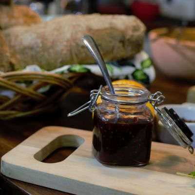 En burk med cumberlandsås på ett bord