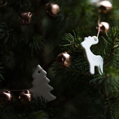 lähikuva koristellun joulukuusen oksista