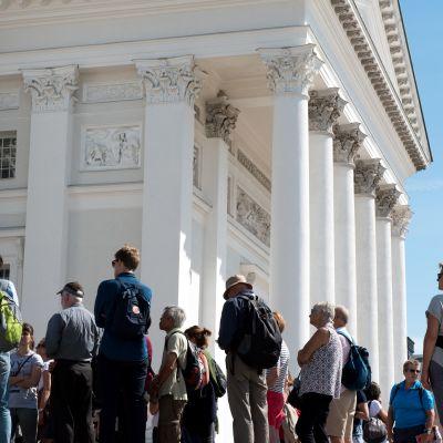 Turister vid Domkyrkan i Helsingfors.