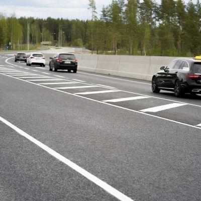 Sulkuviivoitus moottoriliikennetiellä, joita autot ei saa ylittää