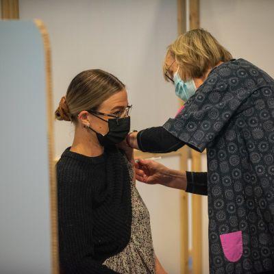 Sairaanhoitaja pistää koronarokotteen potilaalle Energia Areenalla Vantaalla. 26.5.2021.