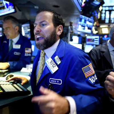 Affärsmän jobbar vid New York-börsen 24 augusti 2015.