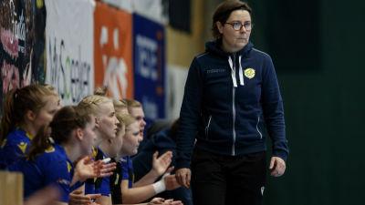 Birgitta Lindholm går vid KyIF:s bänk.