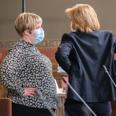 Annika Saarikko ja kuvassa selin Anna-Maja Henriksson.