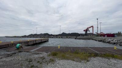 Högar av svart kol som heter antracit Koverhar hamn.