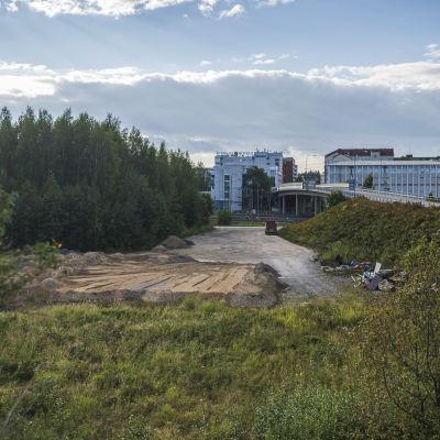 Suur-Savon Osuuskauppa kaavailee Prismaa Mikkelin Satamalahden ja veturitallien yhteyteen. Kuva tontista.