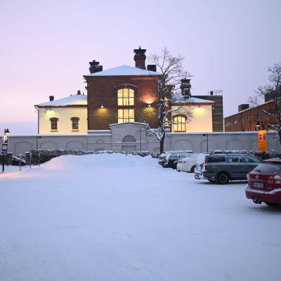 Senaatti-kiinteistöjen myymä tontti, joka sijaitsee Mikkelin vankilaa vastapäätä.