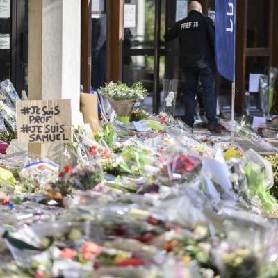 Ett massa blommor som människor lämnat framför skolan i Conflans-Sainte-Honorine.