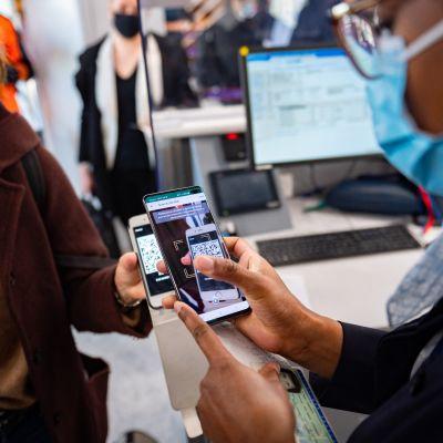 En resenär visar upp ett intyg över ett PCR-test vid flygplatsen Paris-Orly. Coronaintyget syftar till att förenhetliga reglerna på EU-nivå.