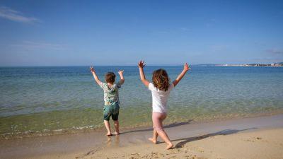 Barn på en strand i Spanien. Palma de Mallorca 26.4.2020