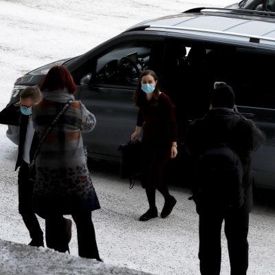 pääministeri Sanna Marin siirtyy autosta Kouvolan kaupungintalon portaisiin